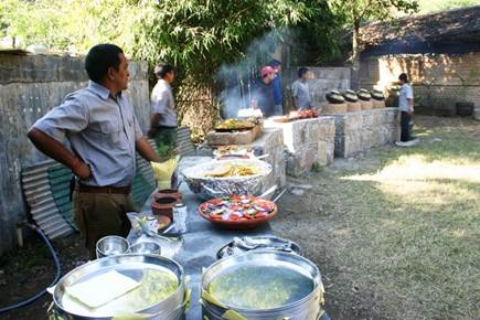 Description: C:\Users\hp\Desktop\Imp Pictures 2012\Web - Himalayan Group Meal.jpg